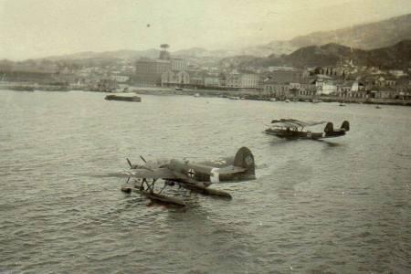 """Ιταλικό Cant Z.506B """"Airone"""" ενταγμένο στη Luftwaffe και ένα γερμανικό Do 24 της μοίρας διάσωσης 7 (Seenotstaffel 7 Το Γεγονός ότι το Ιταλικό υδροπλάνο φέρει Γερμανικά διακριτικά σημαίνει ότι η φωτογραφία έχει τραβηχτεί μετά τις 13 Οκτωβρίου 1943 όπου συνθηκολόγησε η Ιταλία (Φωτό που ανέβασε στη σελίδα Patras Memories στο Facebook Η Τιτίκα Μπουρνάκη)"""