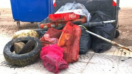 """Φωτό από τα σκουπίδια που συνέλεξαν οι αυτοδύτες του Συλλόγου Αυτοδυτών Αχαίας Oceanos από το βυθό και την παραλία της περιοχής Αγίου Βασιλείου στα πλαίσια της δράσης """"Let's do it Greece"""" (Απρίλιος 2014)"""